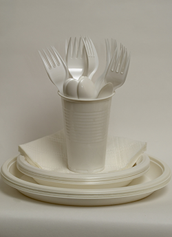 cups plates forks canstockphoto2604892 250x345